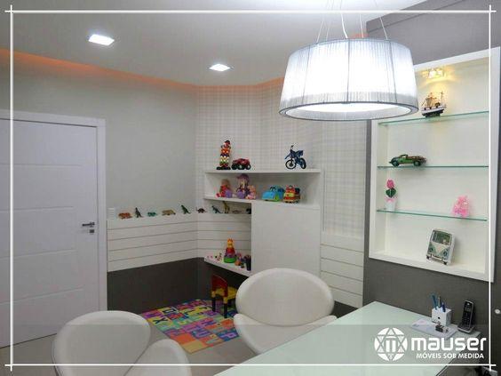Clínica médica odontológica em MDF Lino Piombo da marca Arauco, nichos e detalhes na parede em MDF branco alto brilho.