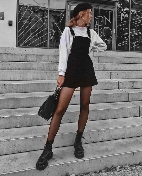 Moletom branco, jardineira preta, boina preta, meia-calça preta, coturno preto, bolsa preta
