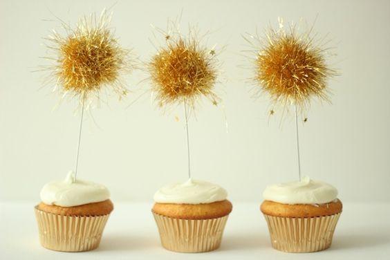 Adornos para cupcakes hechos con espumillón y confeti / Cupcake decoration made with tinsel and confetti