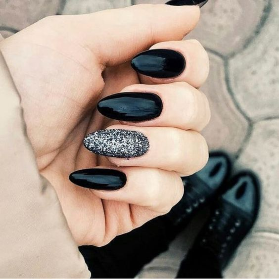 35 Fascinating Black Nail Art Designs To Try This Summer Style2 T In 2020 Nails Design With Rhinestones Black Nails With Glitter Black Almond Nails