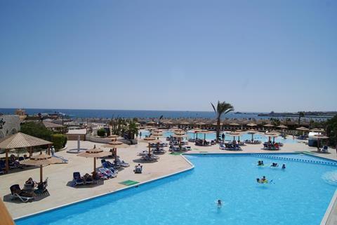 Aladdin Beach Resort Een Bedje Onder Een Parasol Aan Het Strand Van Aladdin Beach Resort In Hurghada Een Verkoelend Briesje Van Zee En Het Ruisen Van De Golven