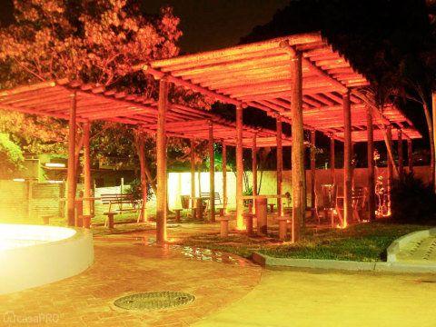 Este projeto é a revitalização de uma praça considerada um ponto de encontro. Canto todo coberto com pergolado de eucalipto tratado. Projeto de Luiz Gustavo de Ávila Lelis.