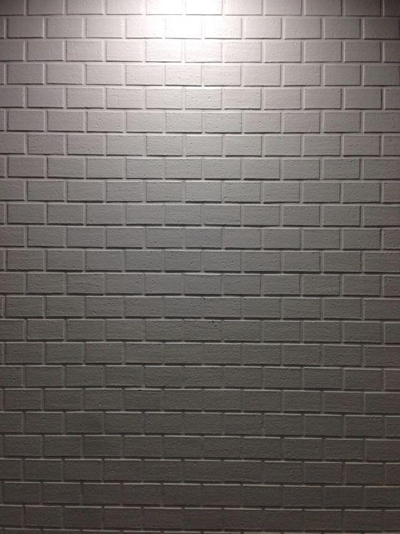 古いタイルに白い塗装