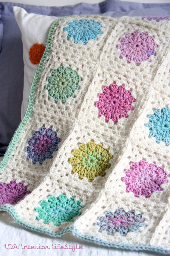 Granny cuadrado en blanco y centro de diferentes colores - Mantas ganchillo colores ...