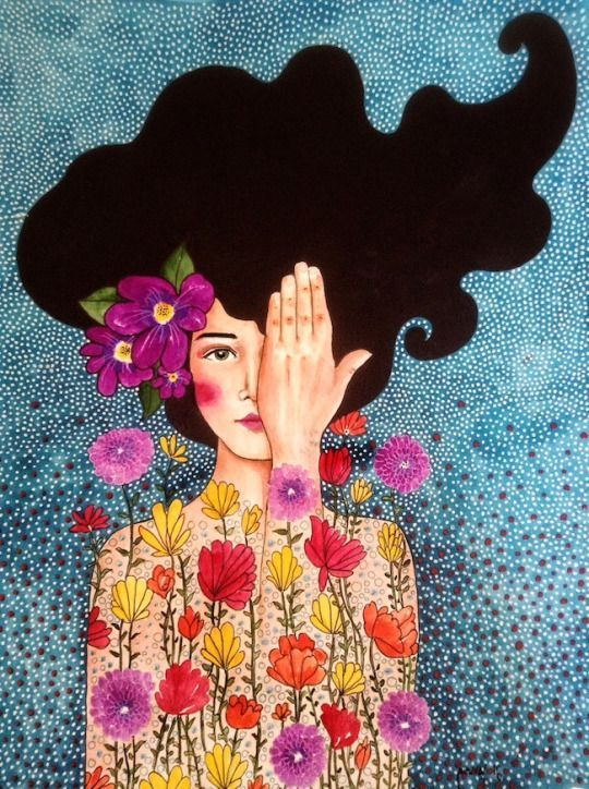 Mulher entre flores tapando um olho.