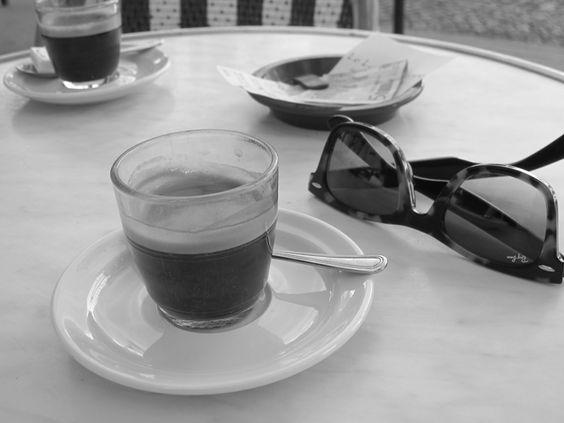 """""""My Blood Type Is Coffee"""", 3 kuppia kahvia päivässä, 21 kuppia kahvia viikossa, 1095 kuppia kahvia vuodessa."""