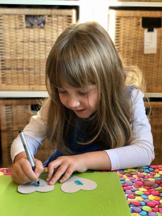 Dessiner avec l'empreinte de ses doigts, une idée créative rigolote à proposer à tous les petits artistes!