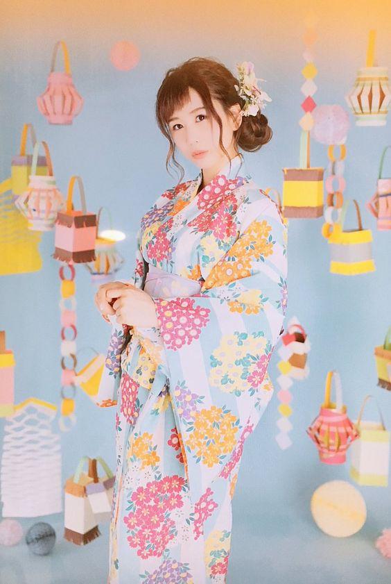 ブルーの花柄の浴衣を着ているまとめ髪スタイルの大家志津香の画像