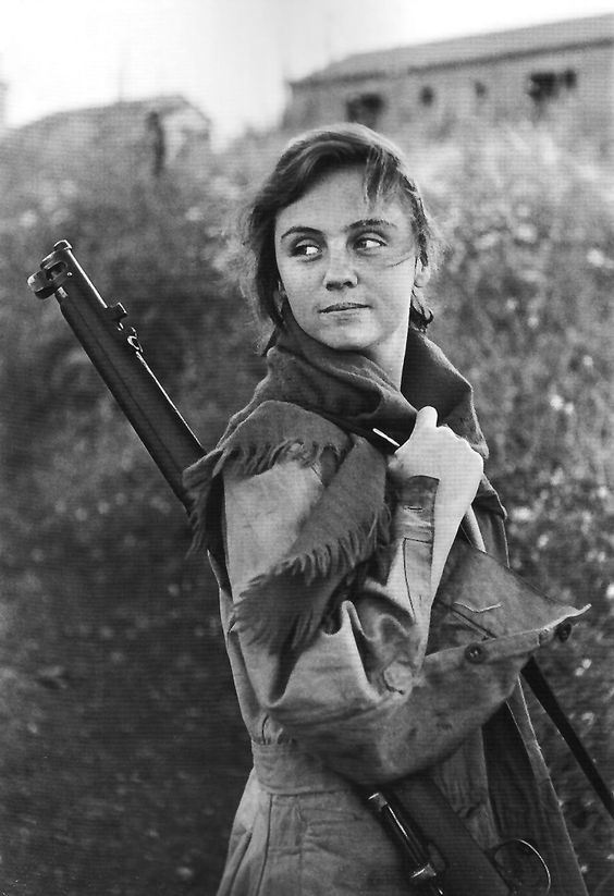 Miliciana de la Guerra Civil Española. Fotografía de  Gerda Taro corresponsal de guerra y que murió durante el conflicto.