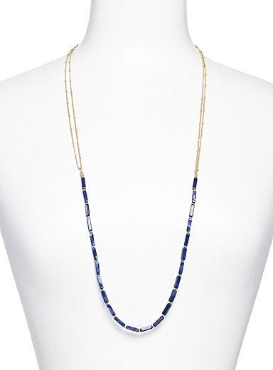 De magnifiques billes bleues à l'effet marbré sur une longue chaîne dorée…