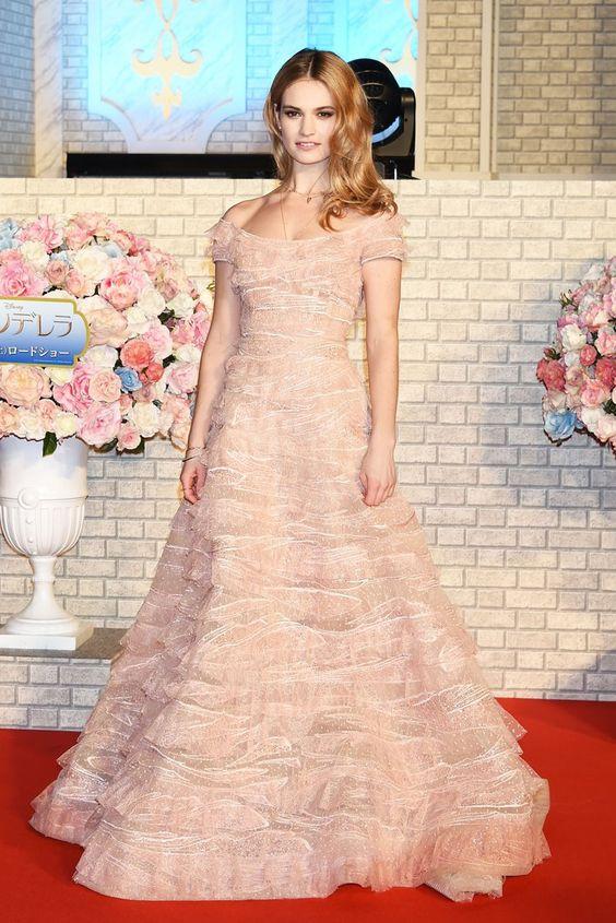 Pin for Later: Best Dressed: Die schönsten Looks der ganzen Woche Lily James in Elie Saab Couture Lily James trug bei der Premiere von Cinderella in Tokio ein weiteres Prinzessinnen-Kleid.