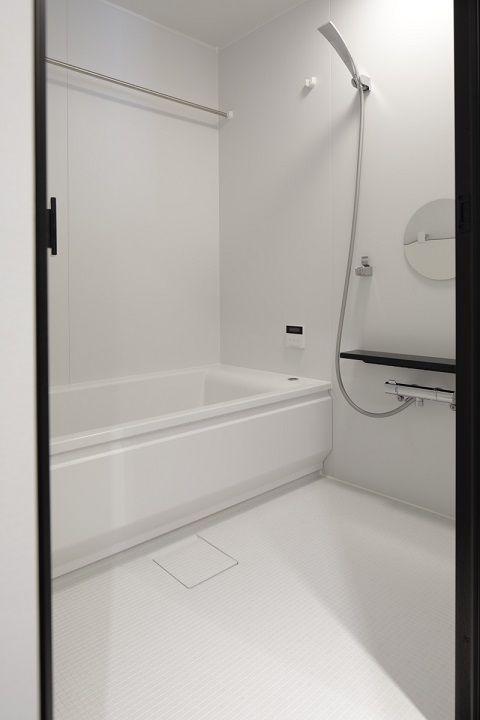 マンションリノベーション 東京リノベ 白い浴室 円形ミラー