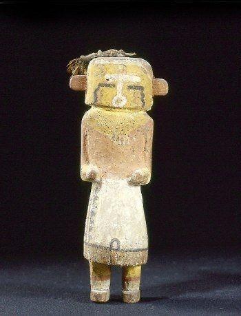 Coll. BRETON Poupée kachina portant un masque jaune, des vêtements cérémoniels aux couleurs chaudes rappelant l'été.