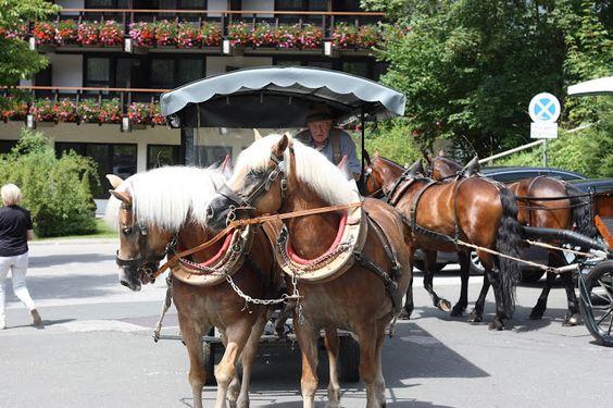 Pferdekutschenfahrt mit den Fiakern - Hochzeit in Apricot, Rosé und Apfelgrün im Riessersee Hotel Garmisch-Partenkirchen, Bayern, Hochzeitshotel für Hochzeiten am See in den Bergen; wedding in Bavaria, #riessersee, #Garmisch, #Hochzeit