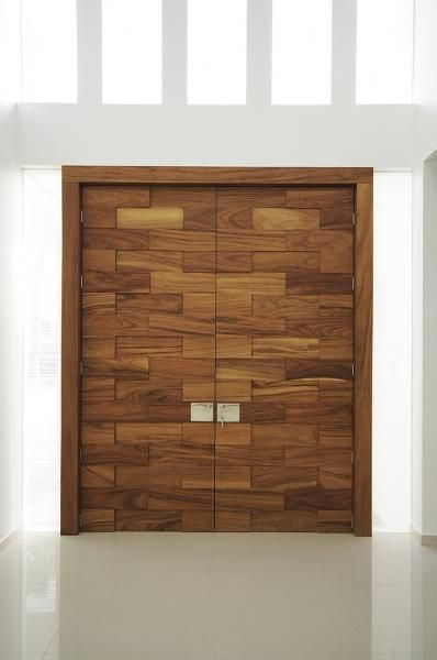 Puerta principal en madera de parota dise o de agarde for Disenos d puertas d madera