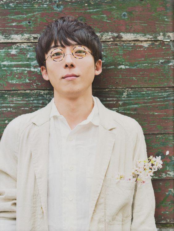 丸いフレームのメガネをかけている高橋一生の画像