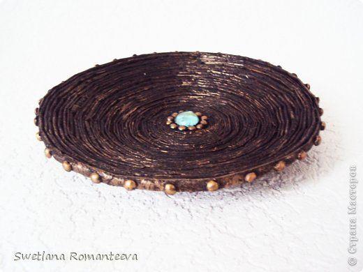 Тарелка сделана из газетных трубочек. Декорирована горохом. Диаметр 21см.