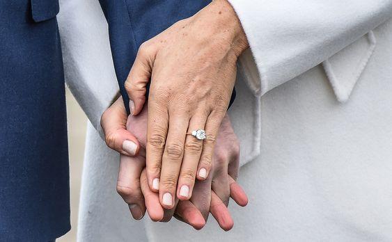 El anillo de compromiso. - El anillo que le dio el príncipe Harry a Meghan está valuado en 50 mil libras, el diamante lo compró el príncipe en un viaje a Botswana y los dos diamantes a los costados fueron pertenecientes a un broche de Lady Di.