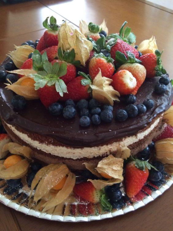 Naked cake trufado com frutas