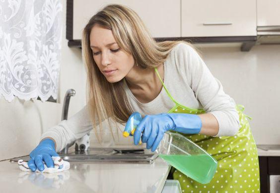 ¡Tranquila! ¡No voy a añadir más tareas a tu rutina! Pero necesitas saber cuáles son las cosas que deberías incluir en la limpieza diaria porque son las que juntan más suciedad y gérmenes. ¿Estás lista?1. Los platosLos platos que no se lavan a diario y quedan sucios en el fregadero o la mesada son especiales