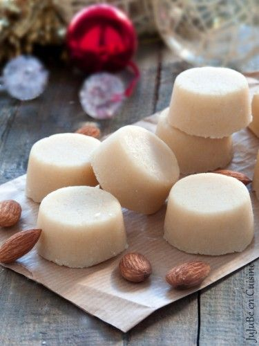 Massepain. Une recette de pâte d'amande sans oeuf très simple et rapide à réaliser pour un résultat bien meilleur que ce que l'on trouve dans le commerce.. La recette par JuJuBe.