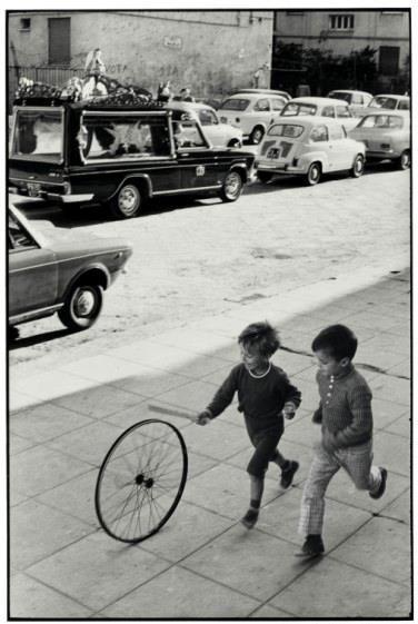 """""""De todos os meios de expressão, a fotografia é o único que fixa para sempre o instante preciso e transitório. Nós, fotógrafos, lidamos com coisas que estão continuamente desaparecendo e, uma vez desaparecidas, não há mecanismos no mundo capaz de fazê-las voltar outra vez. Não podemos revelar ou copiar uma memória"""".    texto e fotografia: Henri Cartier Bresson"""