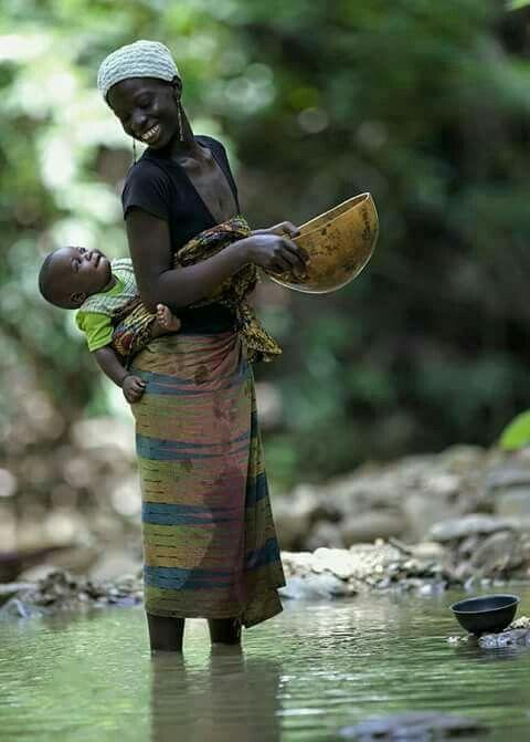 メラニズム川にたたずむ母子