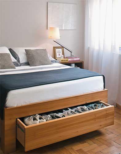 Boas idéias para guardar sapatos - cama de perobinha-do-campo com cinco gavetas – duas em cada lateral e uma nos pés – para organizar roupa de cama, toalhas e sapatos, que não cabiam no armário. O gavetão está 10 cm acima do piso para facilitar a limpeza sob a cama.: