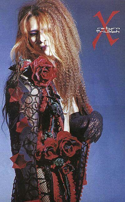 バラのモチーフのシースルーの衣装を着ているXJAPAN・YOSHIKIの画像