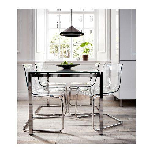 GLIVARP Table extensible IKEA Le plateau de table en verre laisse passer la lumière, ce qui donne à la table un aspect net et harmonieux.
