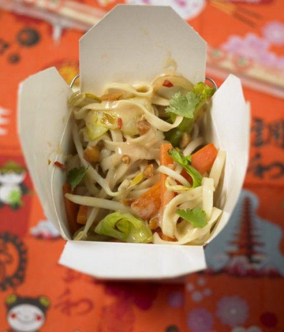 Besser als vom China-Imbiss, aber genauso schnell zubereitet: Diese Asia-Pasta bekommt besonderen Pfiff dank Ingwer, Kokosmilch, Erdnussbutter und Sambalolek.