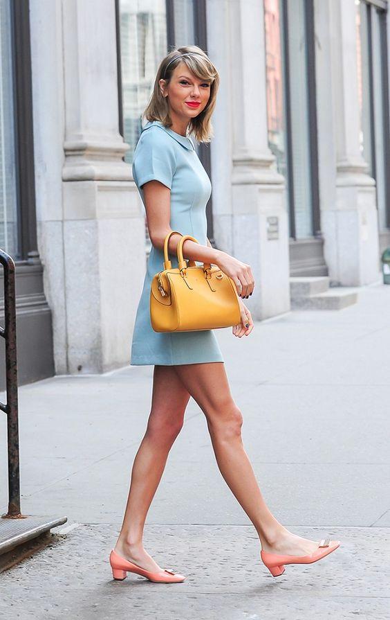 O azul mais falado da temporada: azul serenity. Taylor ousando e arrasando nas cordenações de cores.: