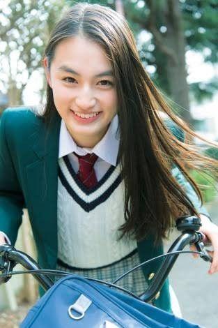 自転車に乗る八木莉可子