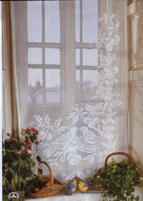 As cortinas de crochê também podem ser usadas em portas para dar mais privacidade a um espaço. Ainda pode aplicar estas cortinas numa parede para decorar. Abuse das cores, flores, padrões e adapte ao seu gosto pessoal