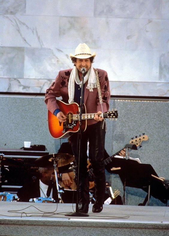 ギターを弾きながら歌うボブ・ディラン