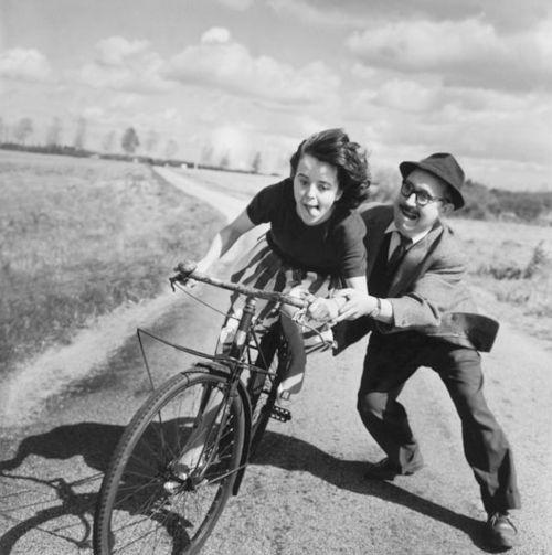 """No tempo das nossas mães e pais, muitas """"primeiras bicicletas"""" não tinham rodinhas. O curso intensivo começava nas bicicletas grandes, as dos adultos, com o selim a roçar o quadro."""