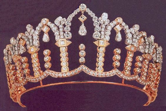 Morrocan Royal collection.  A diamond tiara by Chaumet.  Interesting use of gold and platinum to give a two colour setting, but I think it looks a heavy and rather graceless design.  Too chunky, perhaps, and the pear shaped drops could be more prominent.