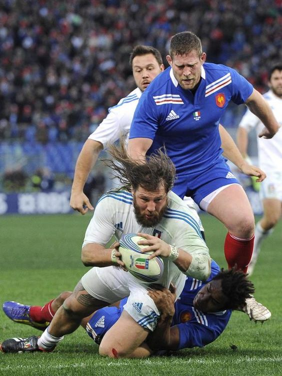 Dem Italiener Martin Castrogiovanni (weiß) gelingt es im Six-Nations-Spiel gegen Frankreich noch während er zu Boden gerissen wird, einen Versuch zu legen. (Foto: Maurizio Brambatti/dpa)