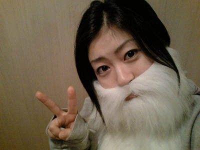 髭をつけている宇多田ヒカル