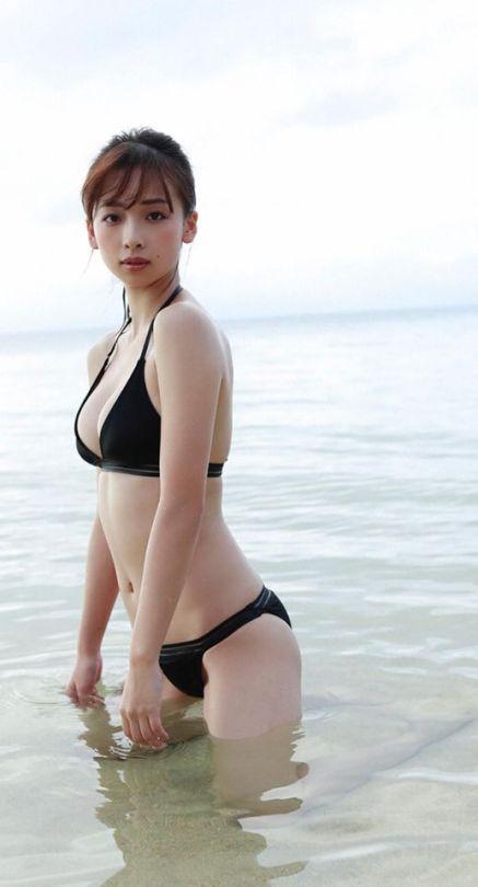 泳いでいる華村あすかです。