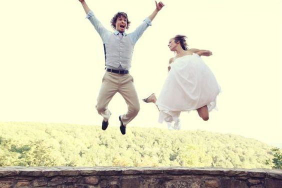 幸せすぎてジャンプ!天まで届きそうな気持ちを表したHAPPYなウェディングフォト♡にて紹介している画像