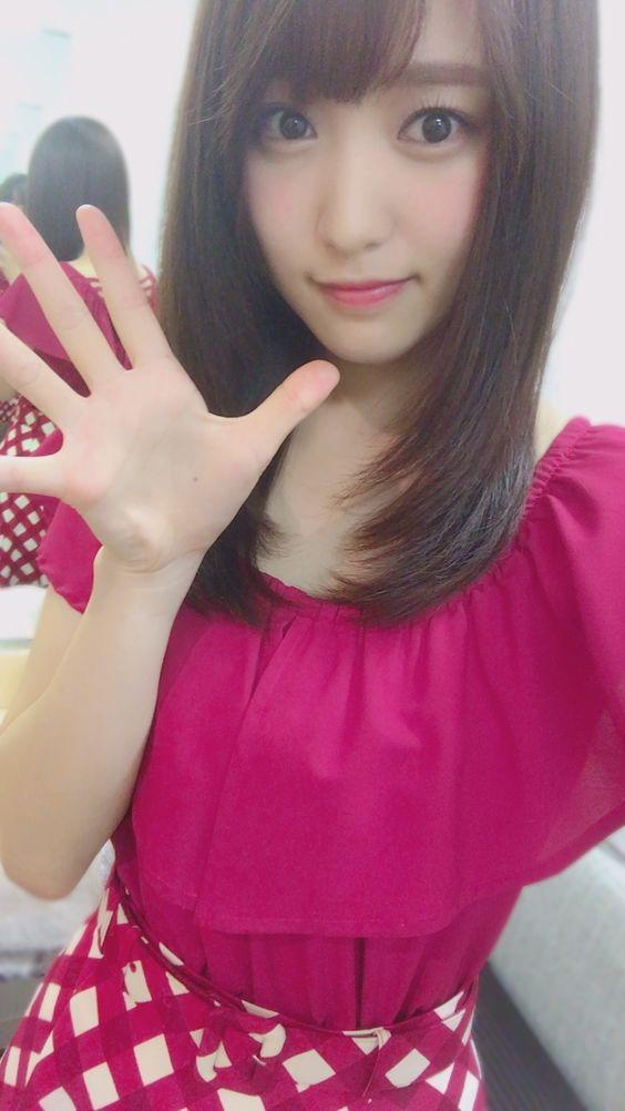 紅色の服の菅井友香