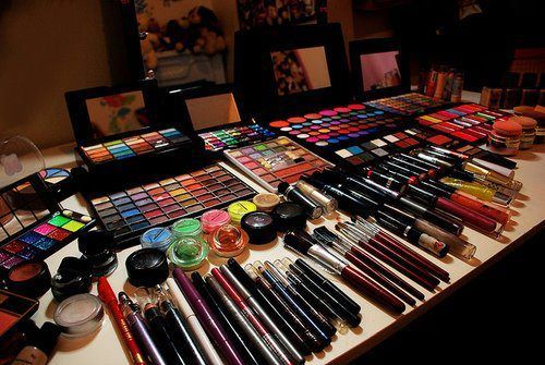 I wish I had this much make-up. I would be in make up heaven! haha