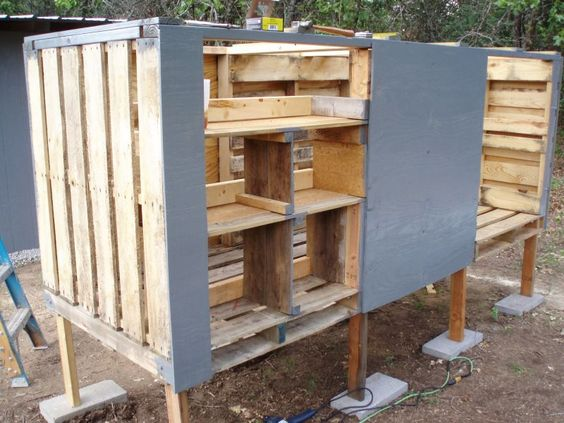 How to for How to build a chicken coop from wooden pallets