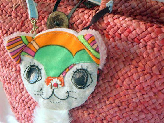 レトロ生地で作りました。ねこ顔ポーチ 体が猫の手になってます。かわいいけど 少しこわい・・かも?手の裏側には  肉きゅうもついています。BAGのもち手にぶら下...|ハンドメイド、手作り、手仕事品の通販・販売・購入ならCreema。