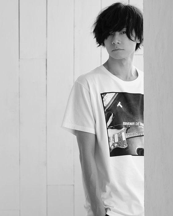 川上洋平モノクロのTシャツ姿の壁紙