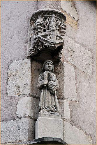 Promenade dans Beaune Dans une niche, statuette de Saint Vincent