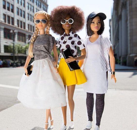 O cabelo da Barbie, apesar de ser parte do visual de uma boneca, inspira mulheres de verdades, assim como criadores da moda.   All Things Hair - Dos especialistas em cabelos da Unilever