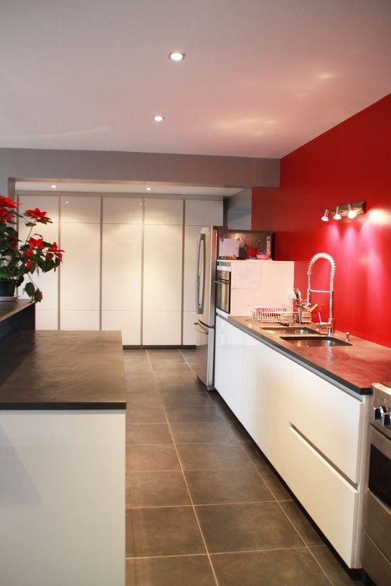 Cuisine cuisine blanche sol noir : cuisine blanche à mur rouge et plan de travail en quartz noir ...