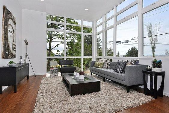 wohnzimmer raumhohe fenster möbel grau schwarz holzboden Fenster